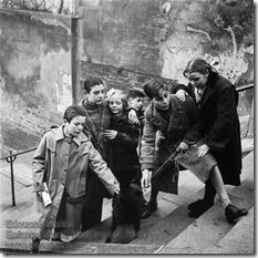 Edouard Boubat - Enfants jouant, Montmartre