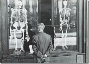 Edouard Boubat - Homme aux squelettes