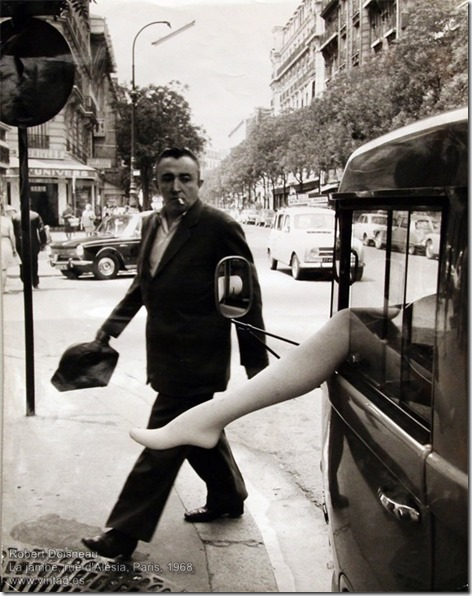 Robert Doisneau - La jambe, rue d'Alésia