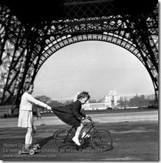 Robert Doisneau - Le remorqueur du Champs de Mars