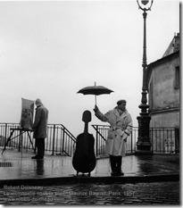 Robert Doisneau - Le violoncelle sous la pluie