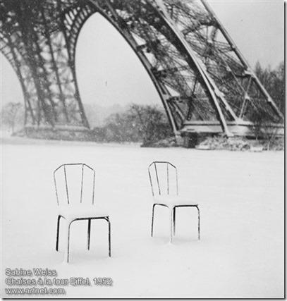 Sabine Weiss - Chaises à la tour Eiffel