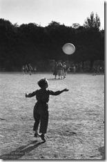 Sabine Weiss - Enfant et Ballon