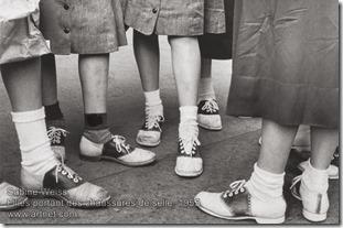 Sabine Weiss - Filles portant des chaussures de selle-1