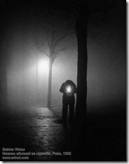 Sabine Weiss - Homme allumant sa cigarette